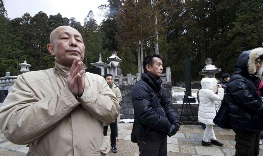 Un grupo de personas reza por las víctimas del terremoto y posterior tsunami de 2011, en un templo del Monte Koya (Japón) hoy, miércoles 11 de marzo de 2015. EFE