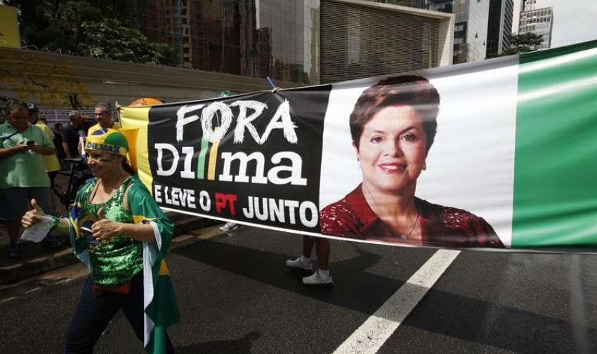 Personas participan en una manifestación contra la presidenta brasileña, Dilma Rousseff. EFE