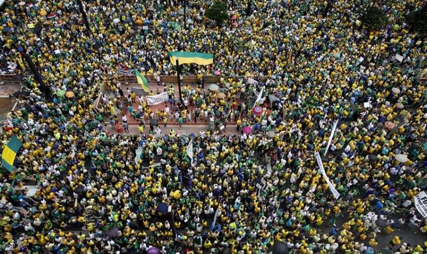 Opositores brasileños participan en una manifestación contra la presidenta Dilma Rousseff, en Sao Paulo (Brasil). EFE