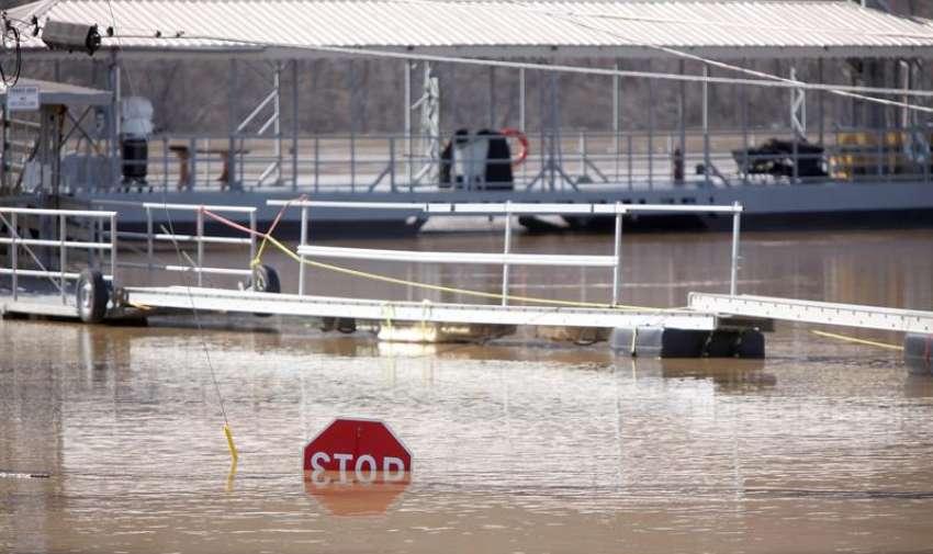 Las aguas de la inundación del río Ohio cubren una señal de stop en la comunidad de Cincinnati, Ohio, EE.UU. EFE
