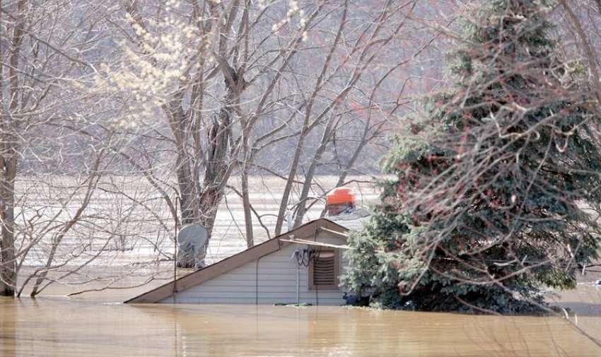Las aguas de la inundación del río Ohio cubren una casa en la comunidad de Cincinnati, Ohio, EE.UU. EFE