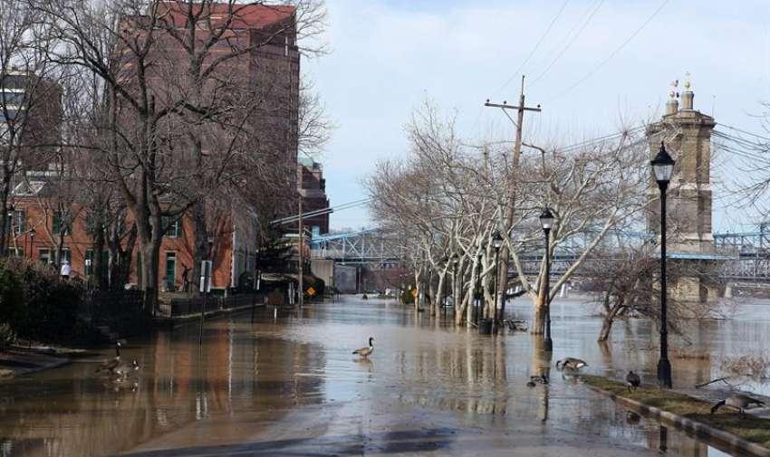 El desbordamiento del río Ohio cubre una calle cerca al puente colgante Roebling que conduce a Cincinnati hoy, lunes 16 de marzo de 2015 en Covington, Kentucky (Estados Unidos). La cresta del río llegó a los 17.7 metros, casi 1.5 m por encima del nivel de inundación en Cincinnati. EFE