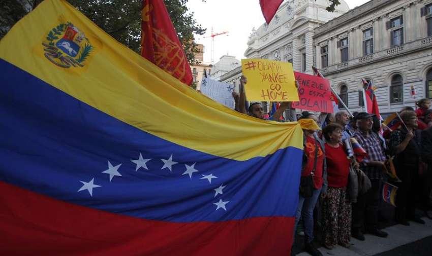 Cientos de personas recorrieron la avenida 18 de Julio desde la Universidad de la República hasta la Plaza de Cagancha. EFE