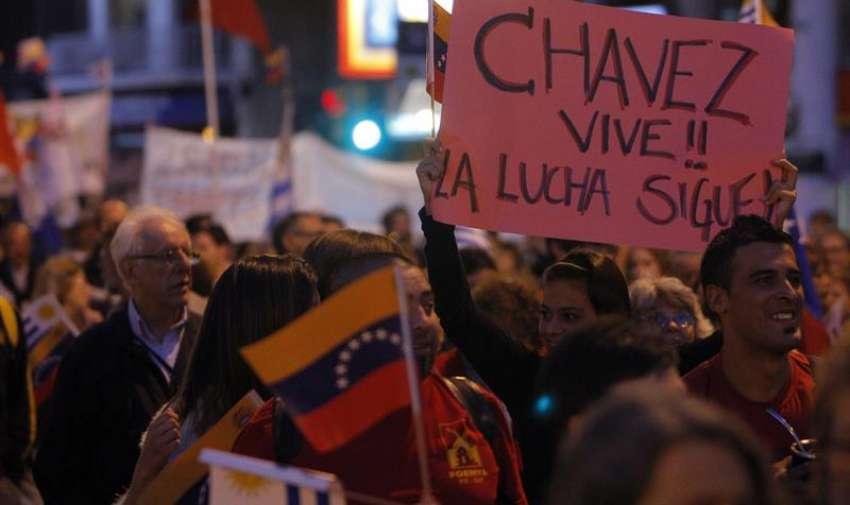 """""""La paz en América Latina y la libre determinación en solidaridad con el pueblo de Venezuela"""" en Montevideo (Uruguay). El objetivo de la movilización es expresar el rechazo a las medidas tomadas por el presidente de Estados Unidos, Barack Obama, al considerar al país caribeño como """"una amenaza"""" para la seguridad pública estadounidense. EFE"""