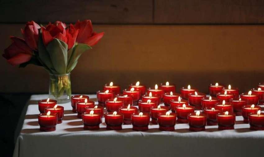 Cerca de 151 velas encendidas en memoria de las víctimas del accidente aéreo. EFE