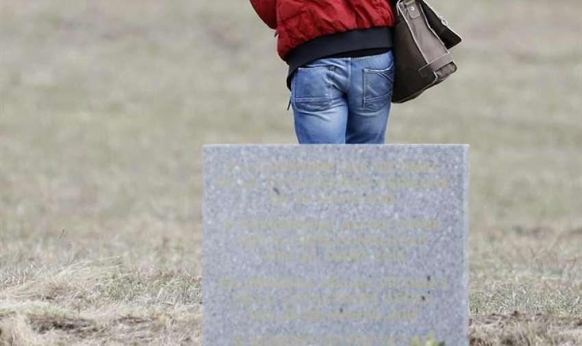 Un pariente de las víctimas del accidente aéreo visita el monumento en Le Vernet , sudeste , Francia. EFE