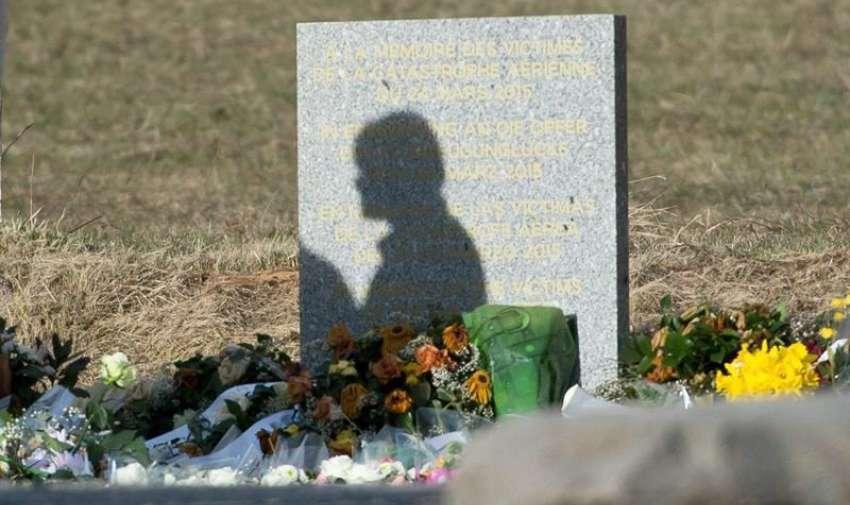 Familiares de las víctimas visitan el monolito en homenaje a los fallecidos del avión de Germanwings que se estrelló la pasada semana en Seyne-les-Alpes, Francia. EFE