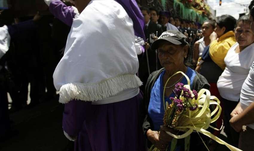 Una mujer con un ramo participa en la procesión Jesús De las Palmas, en Ciudad de Guatemala (Guatemala). EFE