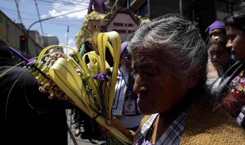 """Una mujer con un ramo participa en la procesión Jesús De las Palmas, en la Ciudad de Guatemala (Guatemala). La procesión, conocida en Guatemala como """"Jesús de la Borriquita"""", recuerda la entrada de Jesús a Jerusalén. EFE"""