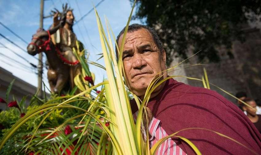 Un hombre asiste a la procesión de Domingo de Ramos, que marca el inició de la Semana Santa. EFE
