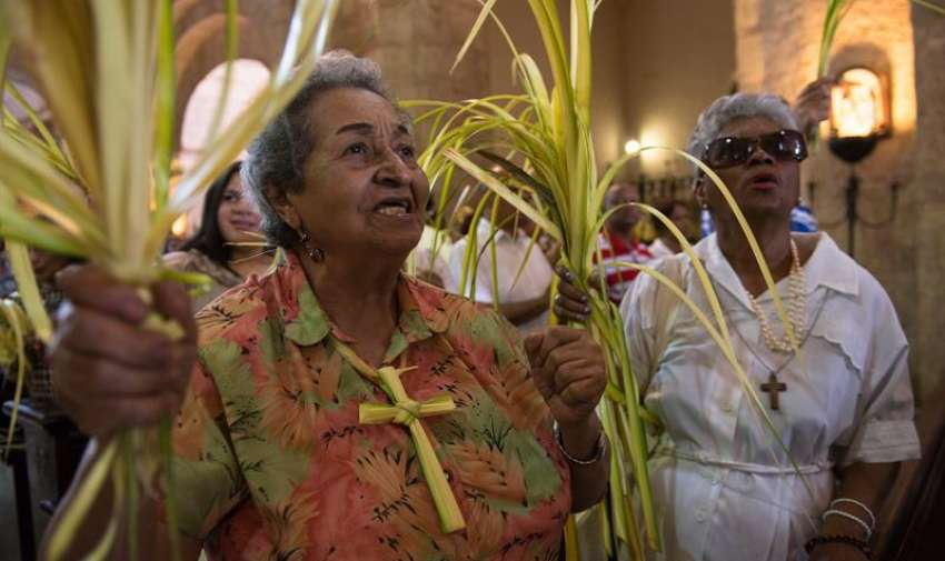 Personas asisten a la misa del Domingo de Ramos, que marca el inició de la Semana Santa, en Santo Domingo. Foto: EFE