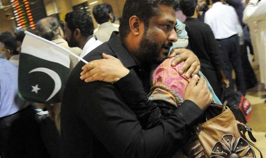 Personas abrazan a sus familiares que fueron evacuados de Yemen, a medida que llegan al Aeropuerto Internacional de Jinnah en Karachi , Pakistán. EFE