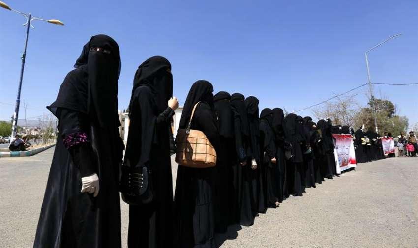 Simpatizantes del movimiento chií de los hutíes, participan en una protesta en contra de los ataques aéreos de la coalición militar árabe, encabezada por Arabia Saudí, en Saná, Yemen, hoy, 30 de marzo de 2015. EFE