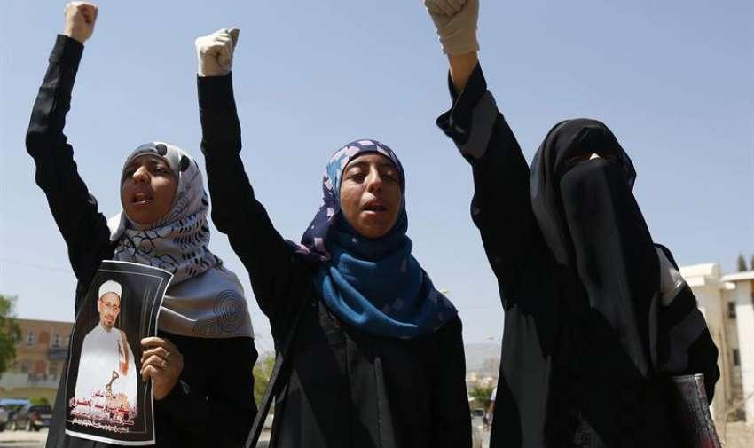 Simpatizantes del movimiento chií de los hutíes, sostienen imágenes de una de la víctimas de los ataques aéreos de la coalición militar árabe, encabezada por Arabia Saudí, durante una protesta en Saná, Yemen, hoy, 30 de marzo de 2015. EFE