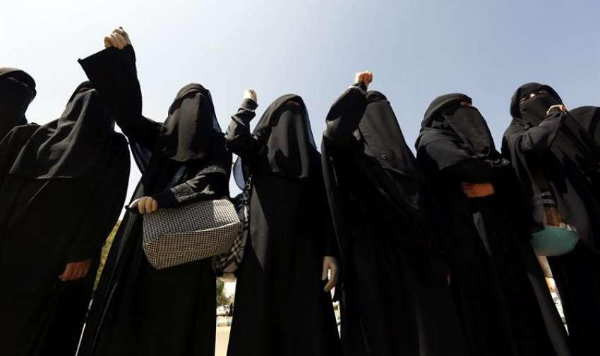 Simpatizantes del movimiento chií de los hutíes, sostienen imágenes de varias víctimas de los ataques aéreos de la coalición militar árabe, encabezada por Arabia Saudí, durante una protesta en Saná, Yemen, hoy, 30 de marzo de 2015. EFE