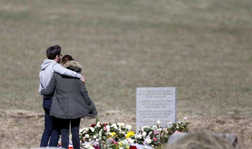 Familiares de las Víctimas visitan el monolito en homenaje a los fallecidos del avión de Germanwings Que se Estrello La Pasada semana en Seyne -les -Alpes , Francia. EFE