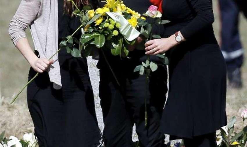 Los familiares de la vícitima australiana Carol Friday, Malcolm Coram (c) y sus dos hijas Philippa (i) y Georgina (d) las víctimas visitan el monolito en homenaje a los fallecidos del avión de Germanwings que se estrelló la pasada semana en Seyne-les-Alpes, Francia. EFE