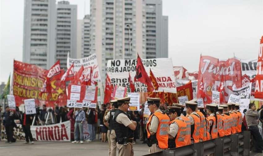 Las principales ciudades argentinas se paralizaron hoy por la huelga convocada por sindicatos argentinos, principalmente del transporte de pasajeros y de carga, para exigir al Gobierno cambios en el impuesto que grava los salarios. EFE