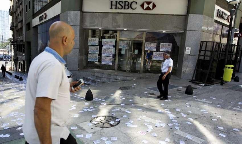 Vista de un banco cerrado por la huelga en Buenos Aires hoy, martes 31 de marzo de 2015. EFE