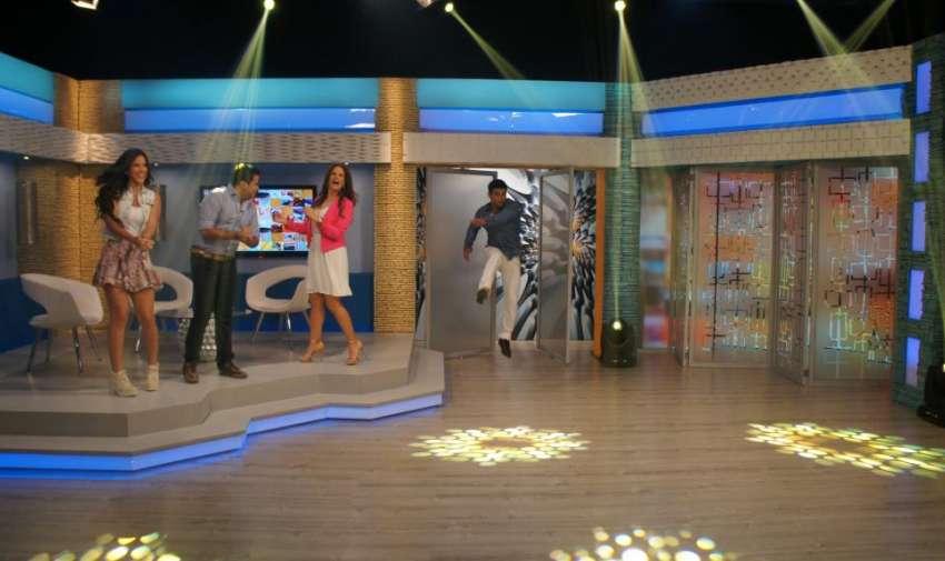 Los presentadores de En Contacto, felices de estar en nuevo set. Foto: Ecuavisa