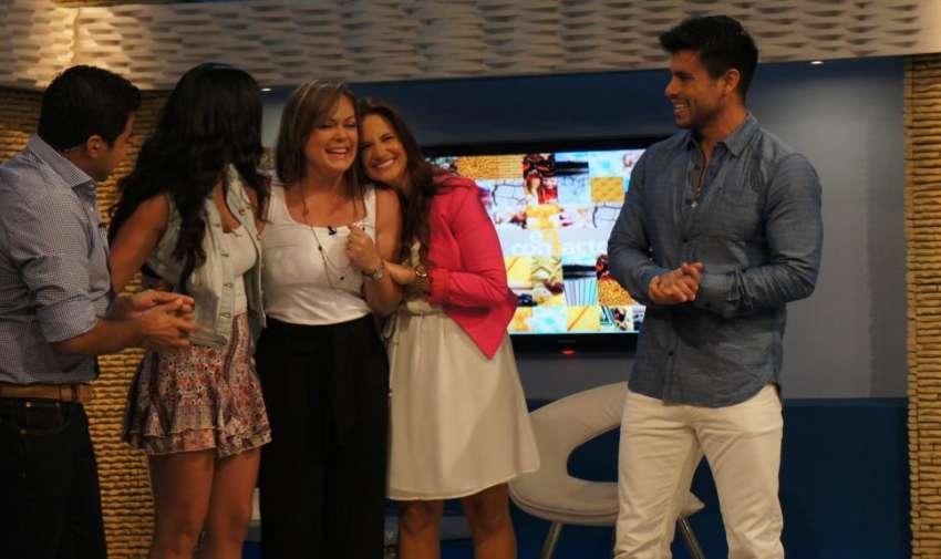 Los presentadores de En Contacto, felices de volver a compartir con Úrsula. Foto: Ecuavisa