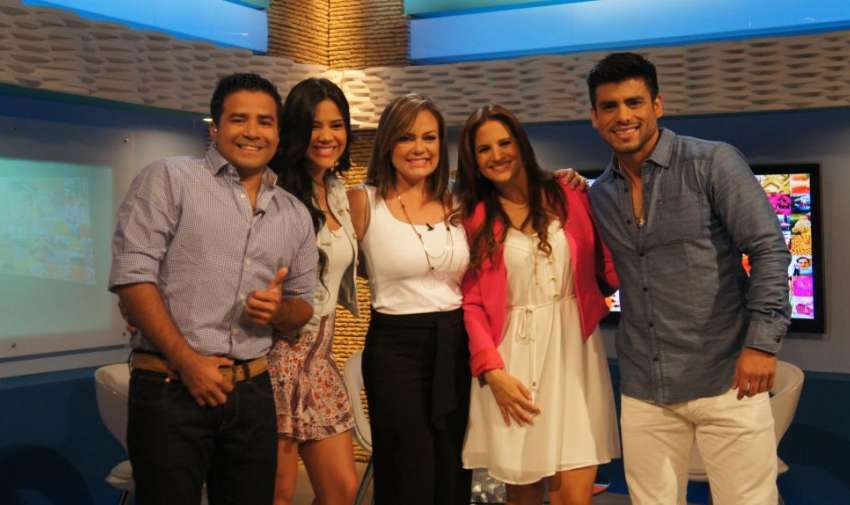 Los presentadores de En Contacto, felices de estar juntos otra vez y estrenando set. Foto: En Contacto