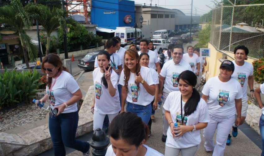 Colaboradores de Ecuavisa muy animados durante la caminata por la salud. Foto: Ecuavisa