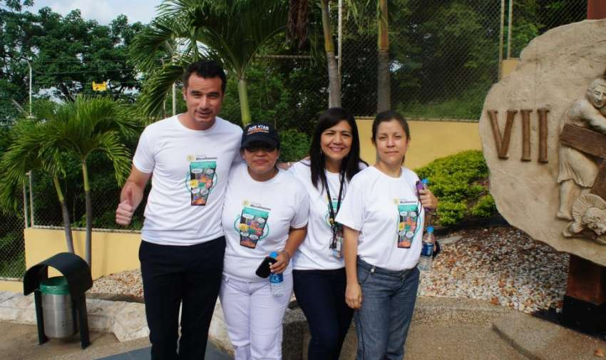 Andrés Jungbluth junto a compañeras de trabajo. Foto: Ecuavisa