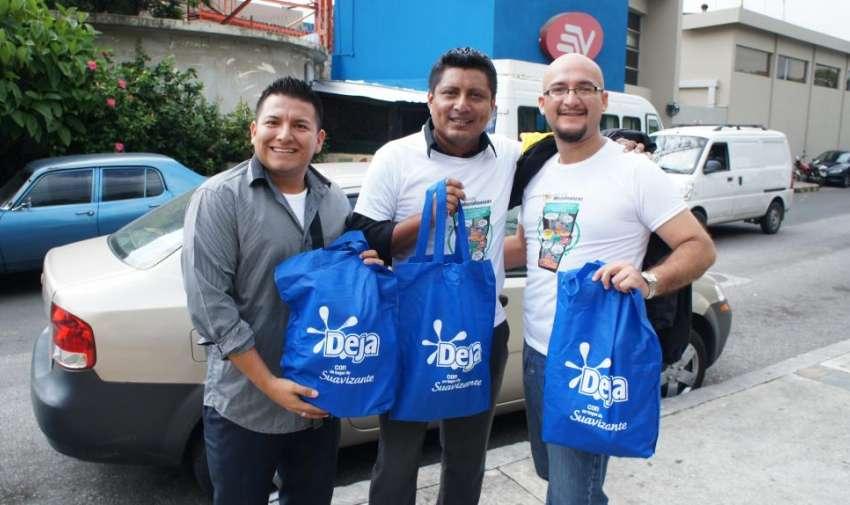 Colaboradores de varios departamentos posan con sus obsequios, después de haber participado en la 'Caminata por la salud'. Foto: Ecuavisa