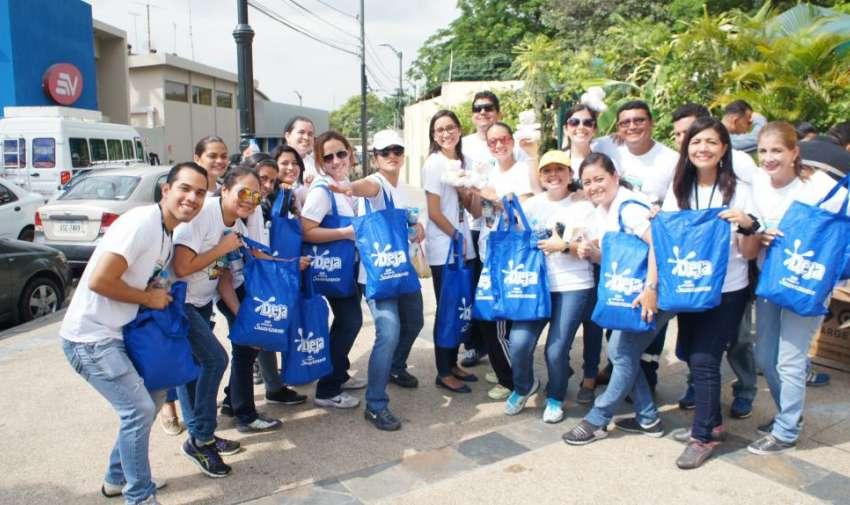 Colaboradores de Ecuavisa, felices con los obsequios recibidos por participar en esta actividad. Foto: Ecuavisa