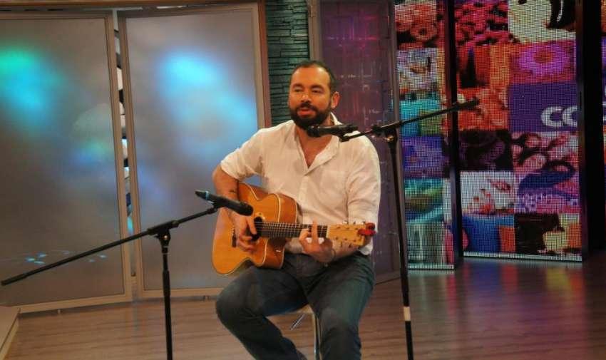 Santiago Cruz mostró su 'Equilibrio' en el programa de En Contacto. Foto: Ecuavisa