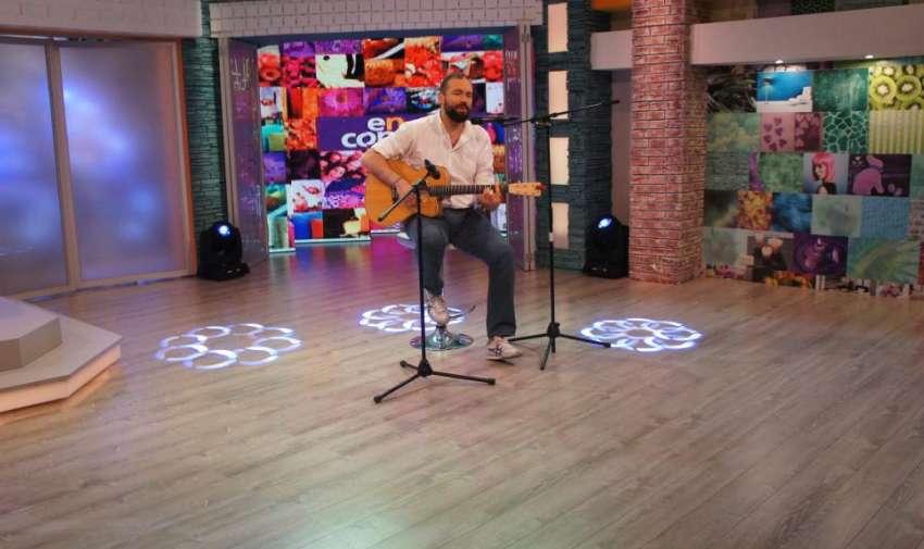 El cantautor Santiago Cruz, nació en Ibagué, Colombia y se encuentra de visita por nuestro país para promocionar su nuevo disco 'Equilibrio'. Foto: Ecuavisa
