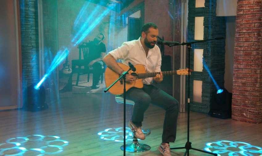 Y Si Te Quedas, ¿qué? fue uno de los sencillos que interpretó Santiago Cruz, hoy en el set de En Contacto. Foto: Ecuavisa