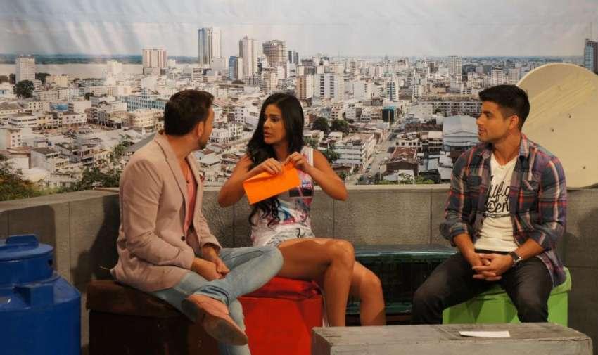 Michela Pincay hizo una serie de preguntas a los presentadores con el único fin  de que se sacaran una prenda de vestir. Foto: Ecuavisa