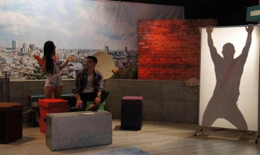 Agustín Belforte el presentador de Yingo, tuvo que sacarse una prenda al no saber el nombre del ganador de 'Gran Hermano Ecuador 2003'. Foto: Ecuavisa