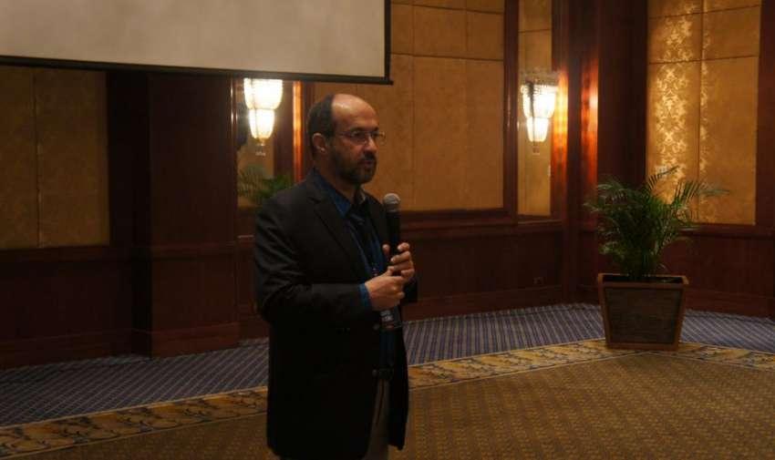 Darío Patiño director nacional de noticias de Ecuavisa anunciando a la ganadora al premio a ala Excelencia AIL. Foto: Ecuavisa