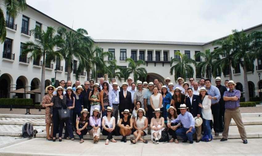 Los miembros de la Alianza Informativa Latinoamericana reunidos en la foto de grupo tomada en Plaza Lagos. Foto: Ecuavisa