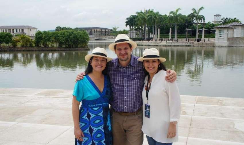 Isabel Ospina, junto a miembros de la AIL. Foto: Ecuavisa