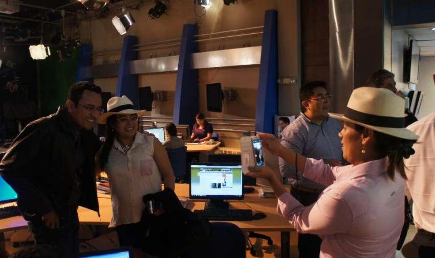 El director de emisión de noticiero junto a sus compañeros de AIL. Foto: Ecuavisa