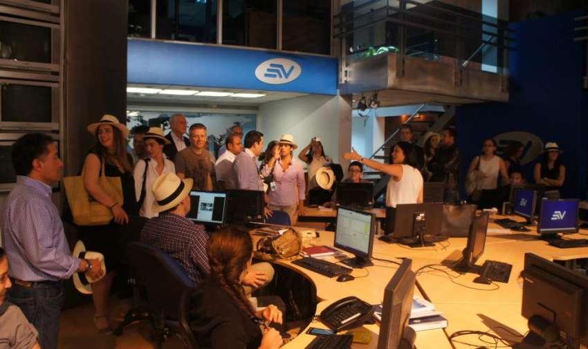 Periodistas y directores conociendo el set de noticias de Televistazo. Foto: Ecuavisa