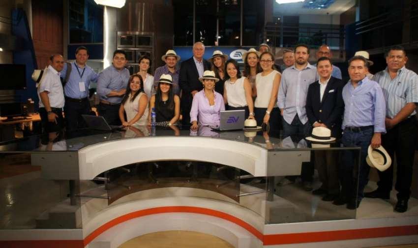 Durante la visita al estudio de noticias de Televistazo. Foto: Ecuavisa