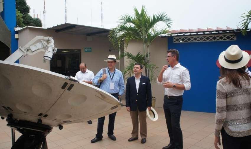 Pedro Jiménez mostrando una de las antenas a los miembros de AIL. Foto: Ecuavisa