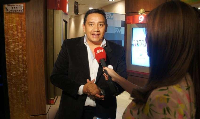 Hernán Higuera, periodista de Visión 360, dando una breve entrevista para Samantha Mora. Foto: Ecuavisa.