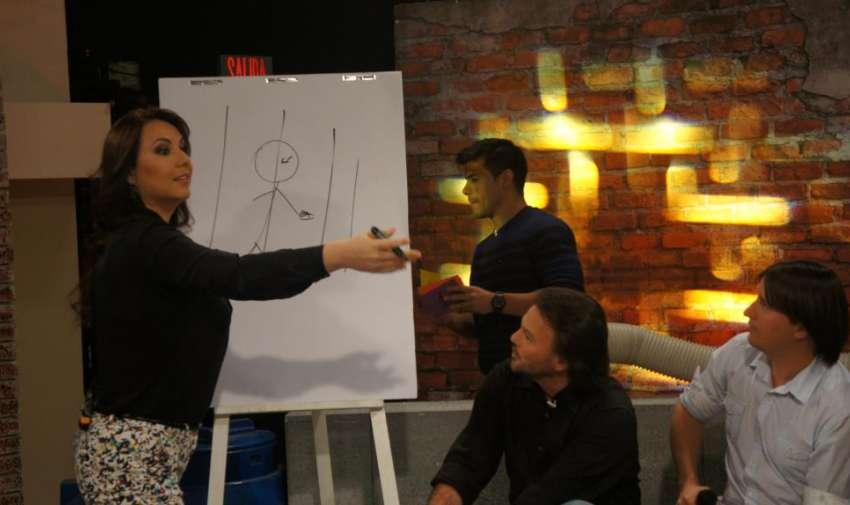 Carolina Mella dibujando y tratando de que sus compañeras adivinen la palabra. Foto: Ecuavisa
