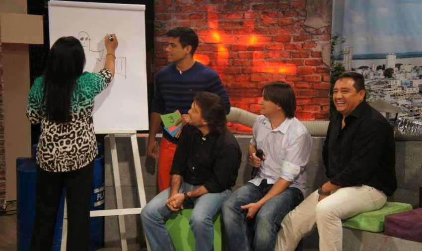Tania Tinoco demostrando su destreza para dibujar en el pictionary. Foto: Ecuavisa