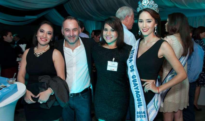 La reina de Guayaquil, junto a miembros de la Asamblea Informativa Latinoamericana. Foto: Mauricio Torres
