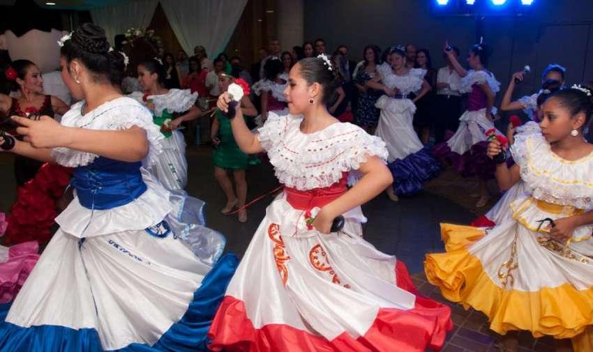 Un cuerpo de baile de música folclórica animó el evento. Foto: Mauricio Torres