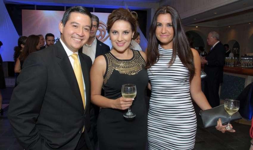 Rafael Hernández junto a María Isabel Carmigniani y Catrina Tala. Foto: Mauricio Torres