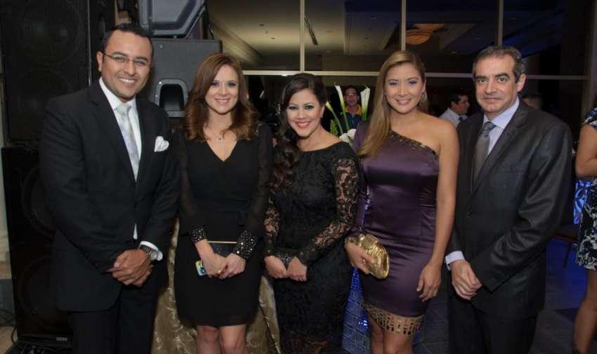 Directivos, presentadoras de noticias en la premiación de Iris a lo mejor del periodismo. Foto: Mauricio Torres