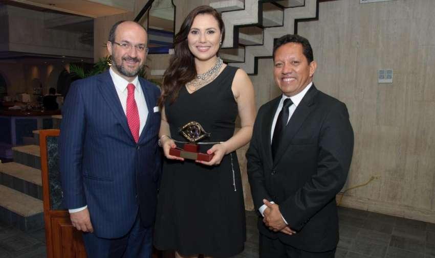 Darío Patiño, director de noticias, junto a Carolina Mella y Tito Mite. Foto: Mauricio Torres